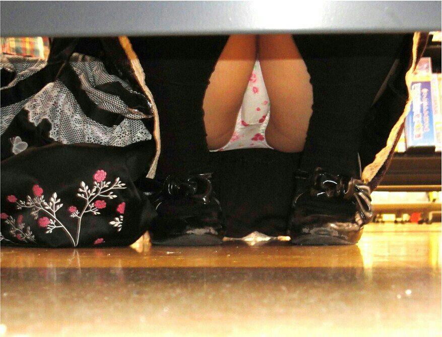 店内棚越しにしゃがみパンチラしてるOLやお姉さんの盗撮素人画像wwwww 18138