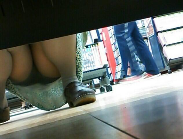 店内棚越しにしゃがみパンチラしてるOLやお姉さんの盗撮素人画像wwwww 18141