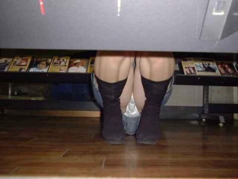 店内棚越しにしゃがみパンチラしてるOLやお姉さんの盗撮素人画像wwwww 18142