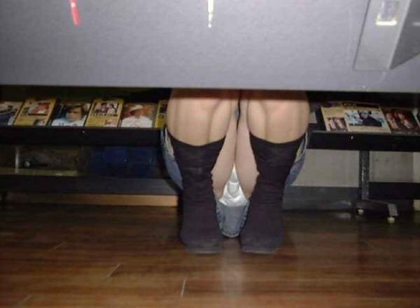 店内棚越しにしゃがみパンチラしてるOLやお姉さんの盗撮素人画像wwwww 18144