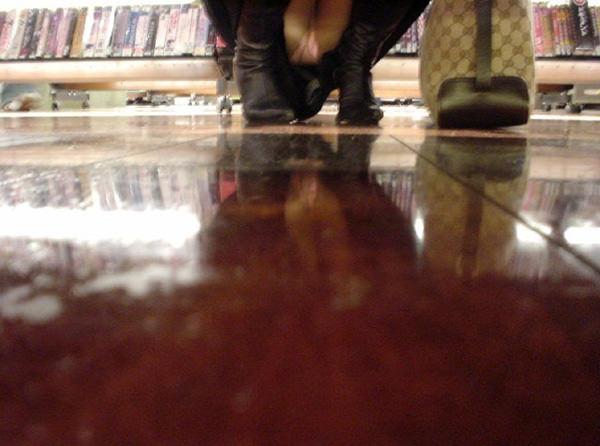 店内棚越しにしゃがみパンチラしてるOLやお姉さんの盗撮素人画像wwwww 18145