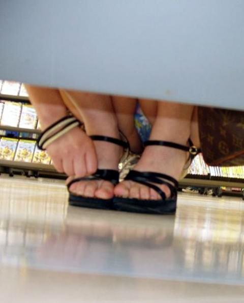 店内棚越しにしゃがみパンチラしてるOLやお姉さんの盗撮素人画像wwwww 18150