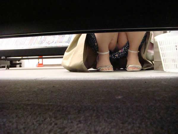 店内棚越しにしゃがみパンチラしてるOLやお姉さんの盗撮素人画像wwwww 18152