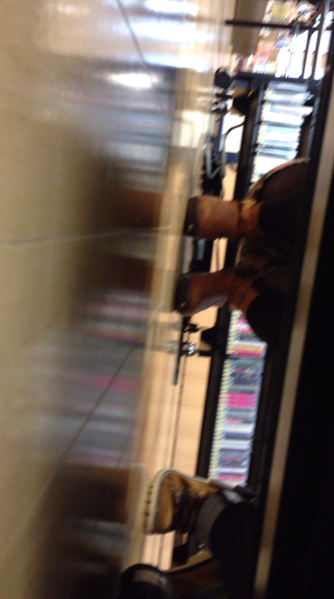 店内棚越しにしゃがみパンチラしてるOLやお姉さんの盗撮素人画像wwwww 18154
