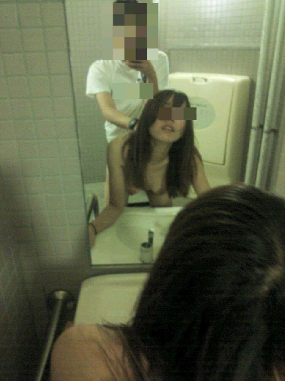 小汚い公衆トイレで超スケベなセックスがたまらんwww彼女のエッチな身体をどこでも直ぐに抱きたいwww 1855