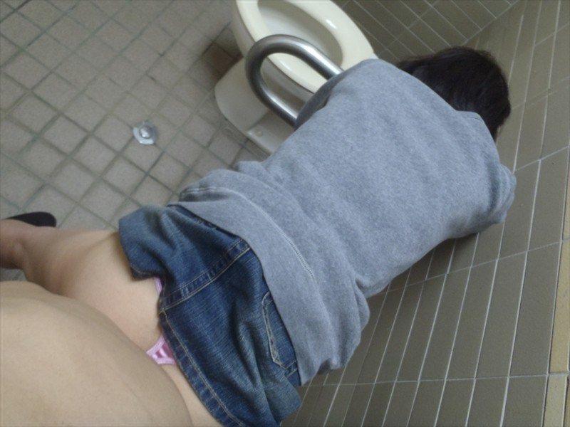 小汚い公衆トイレで超スケベなセックスがたまらんwww彼女のエッチな身体をどこでも直ぐに抱きたいwww 1857