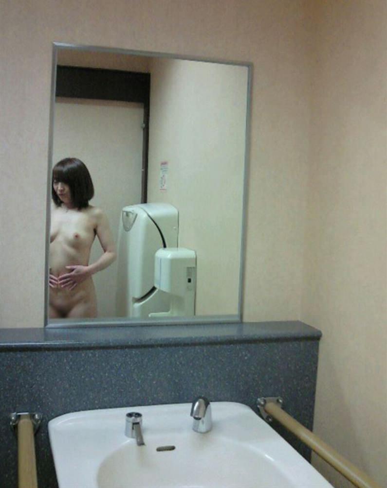 小汚い公衆トイレで超スケベなセックスがたまらんwww彼女のエッチな身体をどこでも直ぐに抱きたいwww 1886