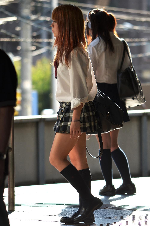若くて元気な女子高生がはしゃぐ姿はどれも可愛いです。 E73Dmo3