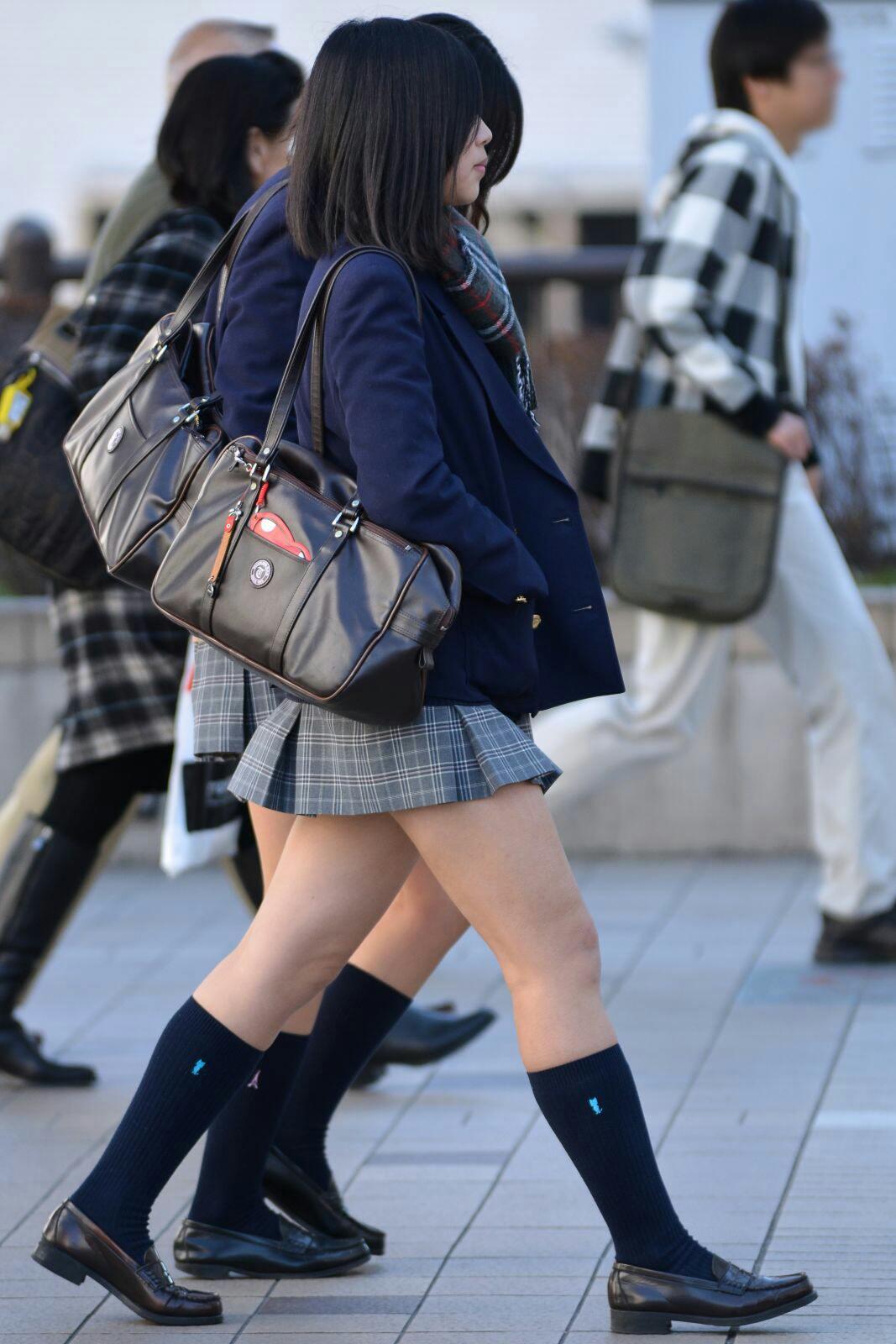 季節の変わり目にJKの制服姿が変化する街撮り画像wwwwwww XBu4bPP