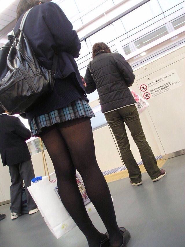 電車で通学中のJK太もも画像だぁーwwwwwwwwwww p4kX0wI