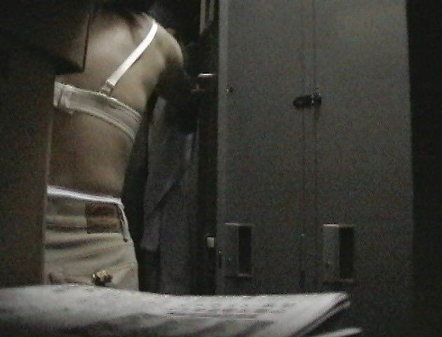 好きな同僚OLの裸が見たくて会社の更衣室をガチ盗撮wwww 06100