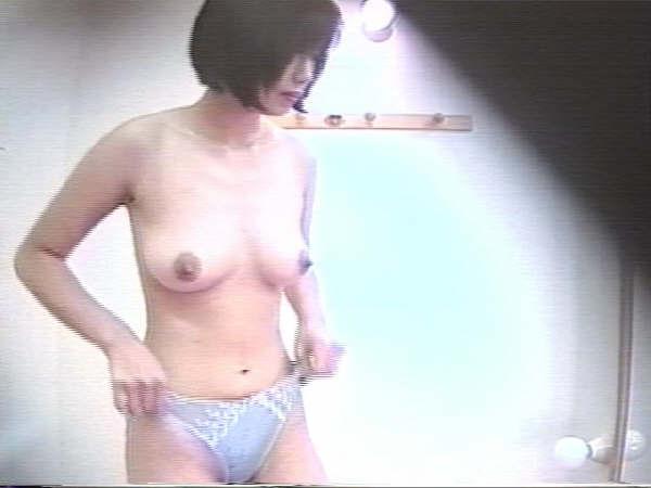 好きな同僚OLの裸が見たくて会社の更衣室をガチ盗撮wwww 06102
