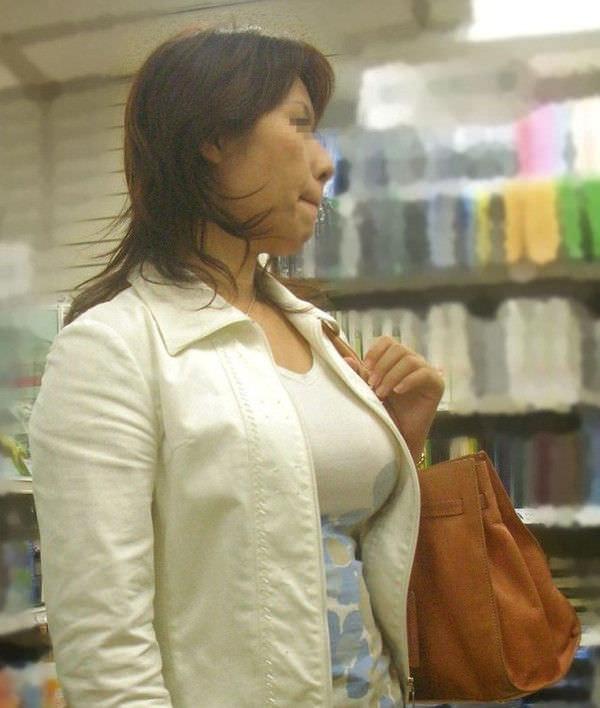でかすぎる着衣おっぱいを発見!!!メロンみたいなデカパイ街撮りwwwww 2618