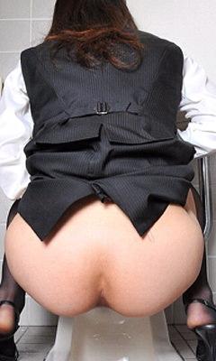 トイレでオシッコしてるお尻丸出し女性を隠し撮りwwwwwww 3081