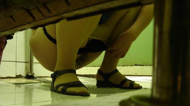トイレでオシッコしてるお尻丸出し女性を隠し撮りwwwwwww 3092