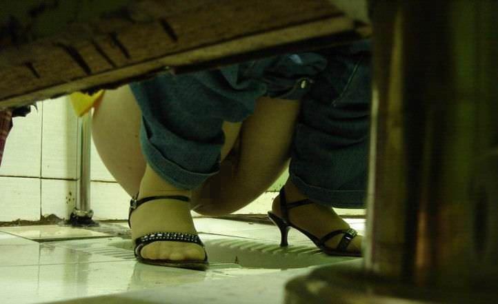 トイレでオシッコしてるお尻丸出し女性を隠し撮りwwwwwww 3093