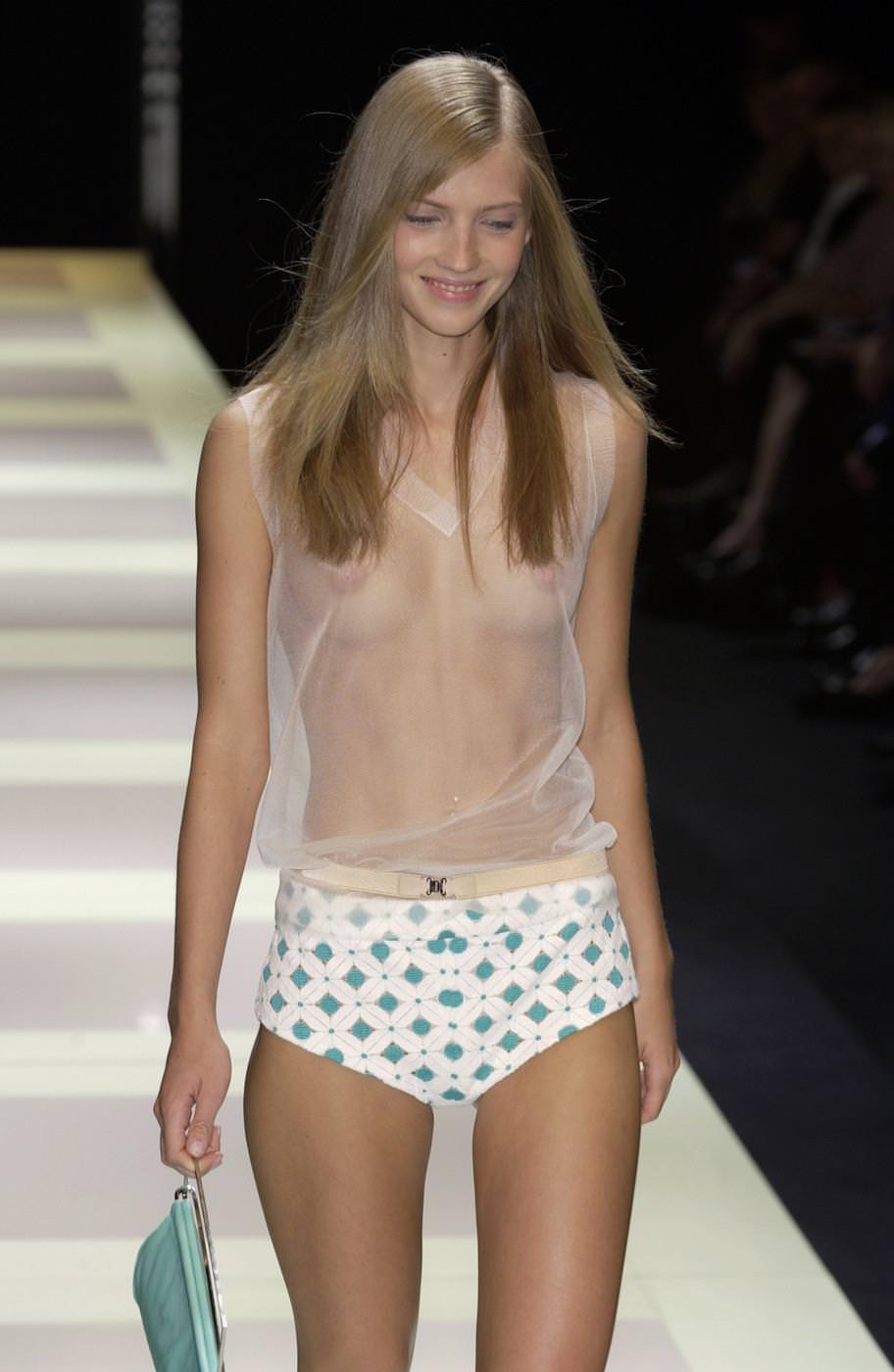 ファッションショーにおっぱい丸出しのモデル!!エロいwwwwwwww cp8edKZ