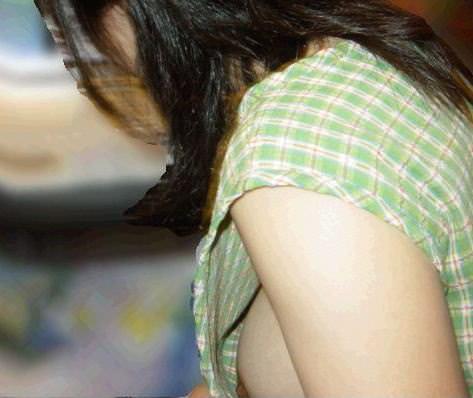 意外と見かける街中で横乳首見えてる素人女性!!!胸チラ街撮りゲットwwwww 1434