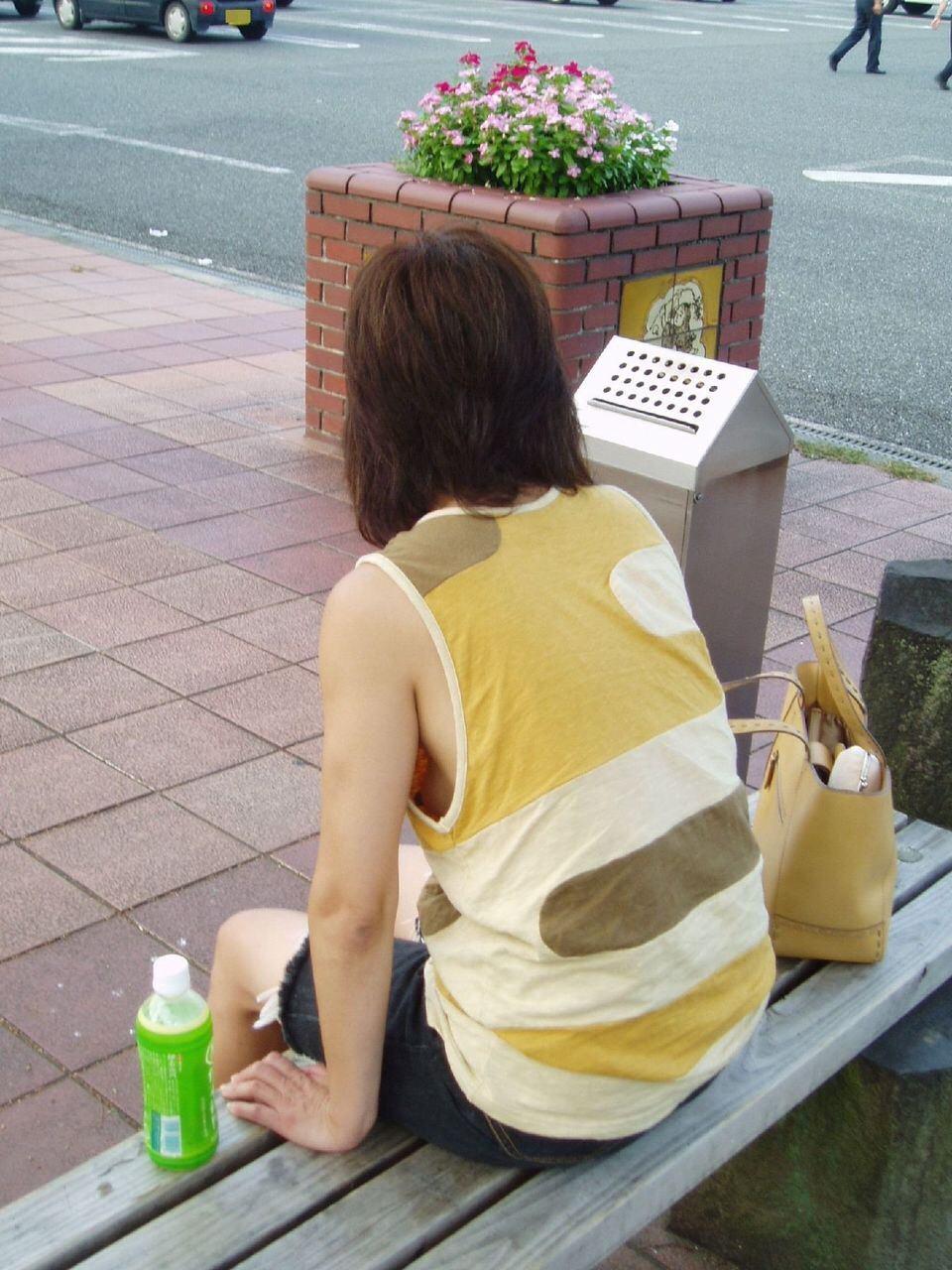 意外と見かける街中で横乳首見えてる素人女性!!!胸チラ街撮りゲットwwwww 1440
