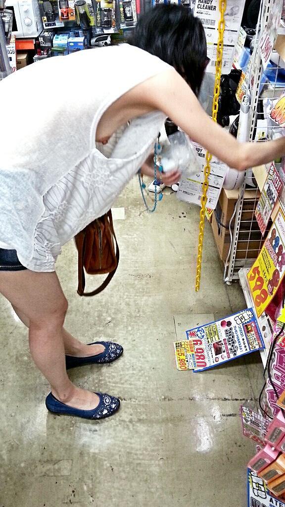 意外と見かける街中で横乳首見えてる素人女性!!!胸チラ街撮りゲットwwwww 1444