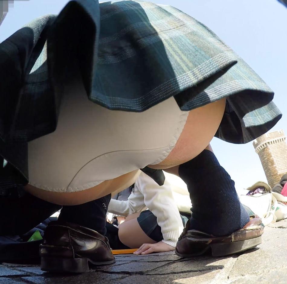 ローアングルからJKを撮影した結果wwwwエッチ過ぎて勃起不可避wwww 1ducScw