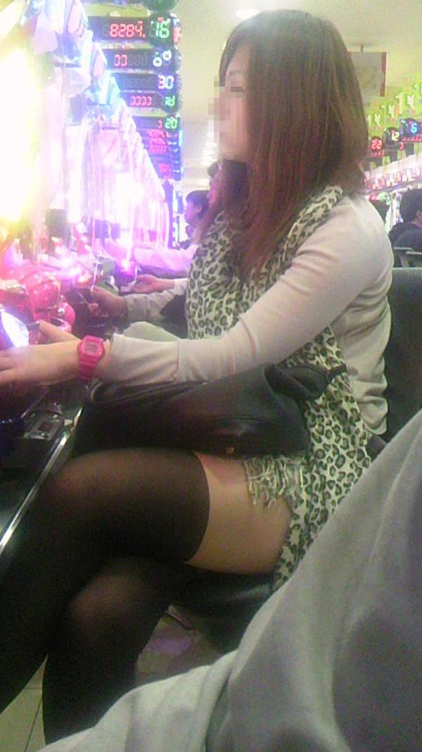 パチンコ店に出入りする女ってだいたいエロいwwwパンチラ胸チラなま足エロすぎwww 23189