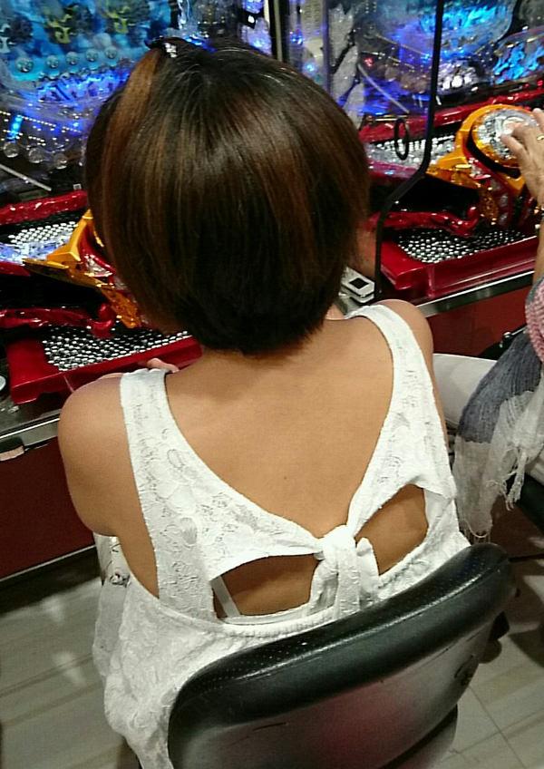 パチンコ店に出入りする女ってだいたいエロいwwwパンチラ胸チラなま足エロすぎwww 23195
