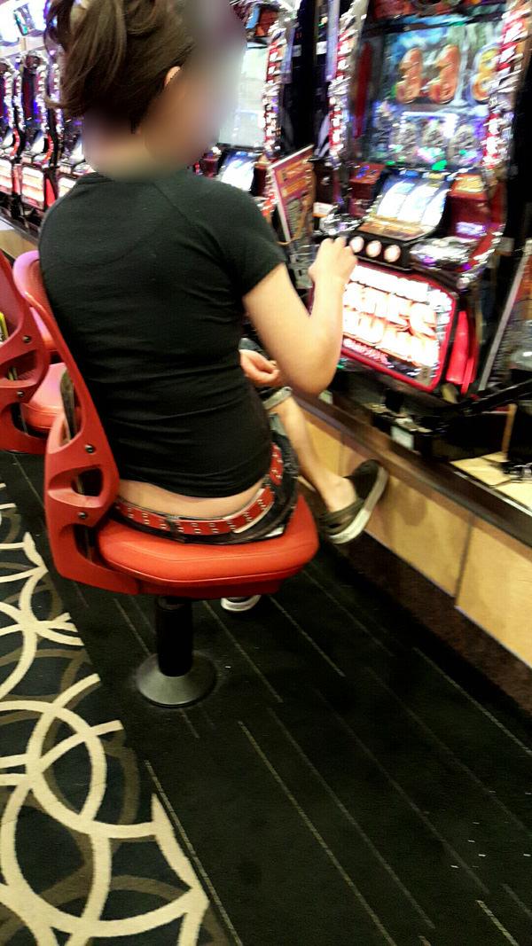 パチンコ店に出入りする女ってだいたいエロいwwwパンチラ胸チラなま足エロすぎwww 23205