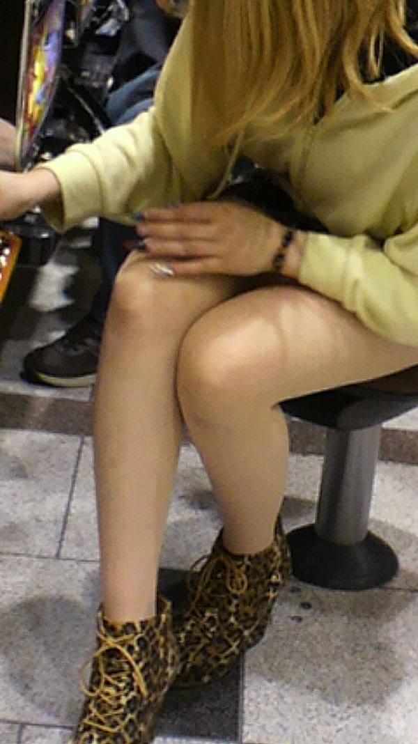 パチンコ店に出入りする女ってだいたいエロいwwwパンチラ胸チラなま足エロすぎwww 23208