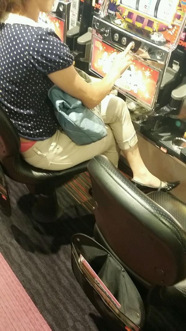 パチンコ店に出入りする女ってだいたいエロいwwwパンチラ胸チラなま足エロすぎwww 23209