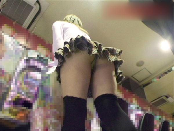 パチンコ店に出入りする女ってだいたいエロいwwwパンチラ胸チラなま足エロすぎwww 23216