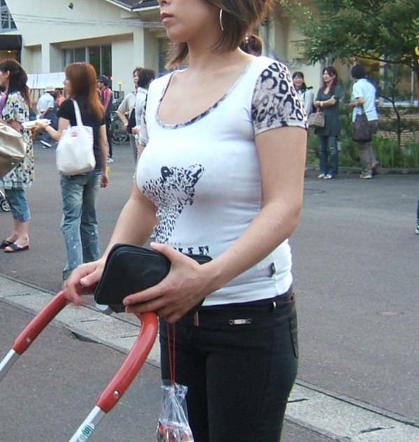 はち切れんばかりの着衣おっぱい!!!お姉さんのビッグ巨乳街撮り画像www 23369