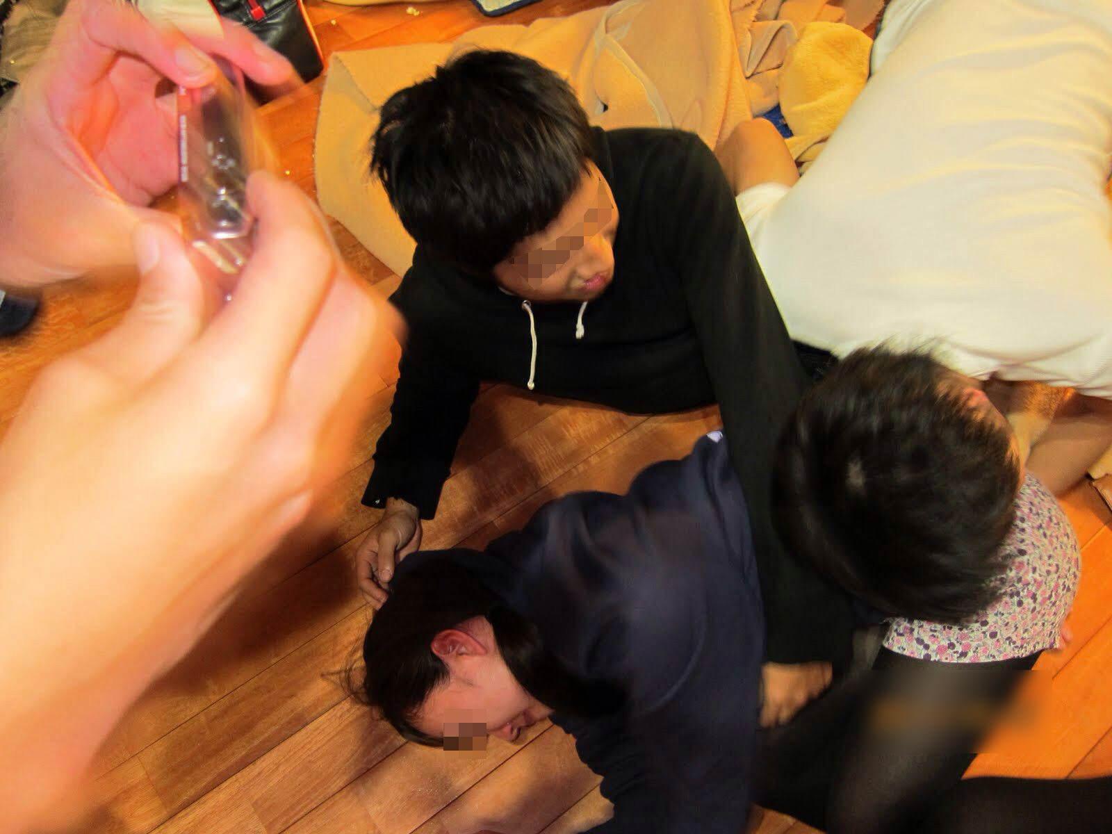 サークル合宿という名の乱交お泊りパティーwwwお馬鹿な女子大生が男たちの餌食にあい処女消失www 1705