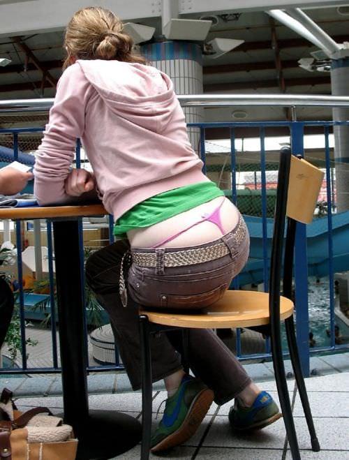 パンツからTバックパンティーがチラ見えしてる街撮りパンチラ画像wwwww 1218