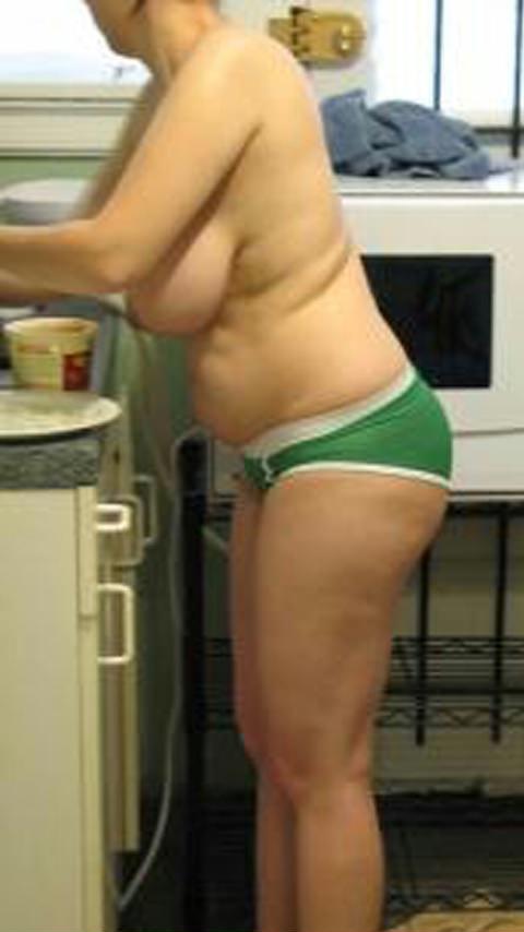 生活感ありすぎーwwwエッチな姿で家事をする若妻のエロ画像wwwww 1635