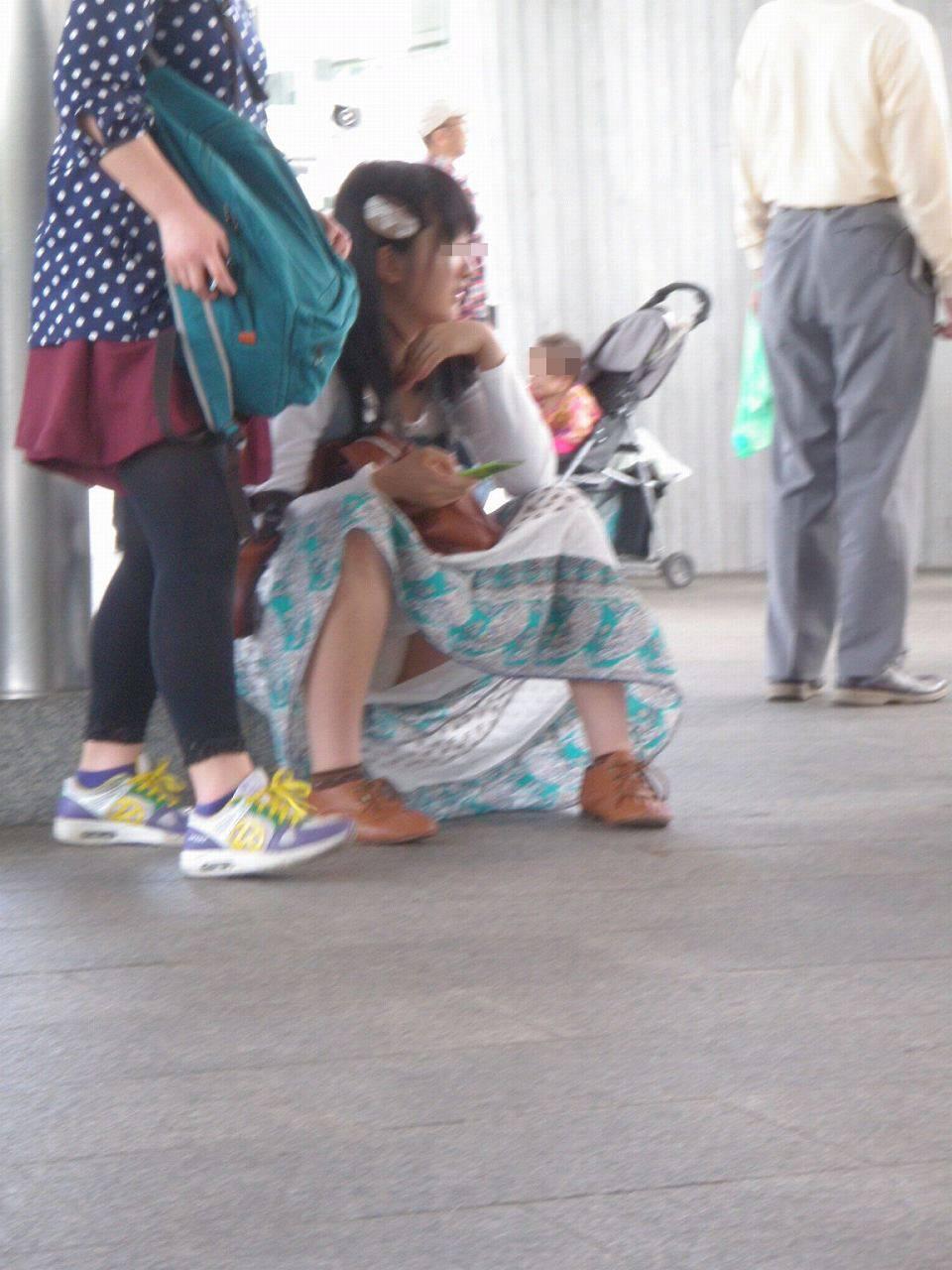 座り込んでる素人娘のしゃがみパンチラエロすぎじゃね!?オマンコの盛り上がり具合が最高www 1732