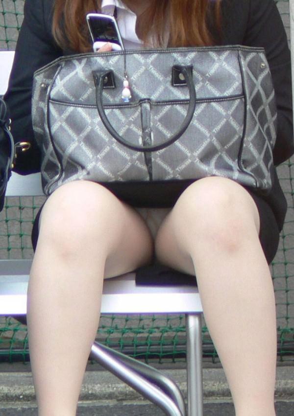 座り込んでる素人娘のしゃがみパンチラエロすぎじゃね!?オマンコの盛り上がり具合が最高www 1743