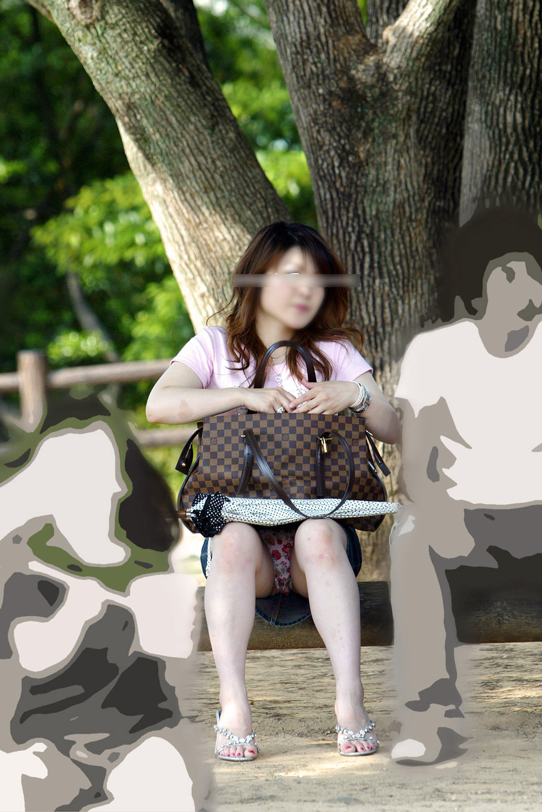 座り込んでる素人娘のしゃがみパンチラエロすぎじゃね!?オマンコの盛り上がり具合が最高www 1749
