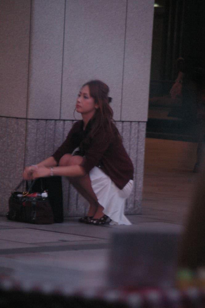 街で見かけた綺麗なお姉さんのパンチラ大激写wwwむっちりしたお尻に食い込むパンツがエロいwww 1910