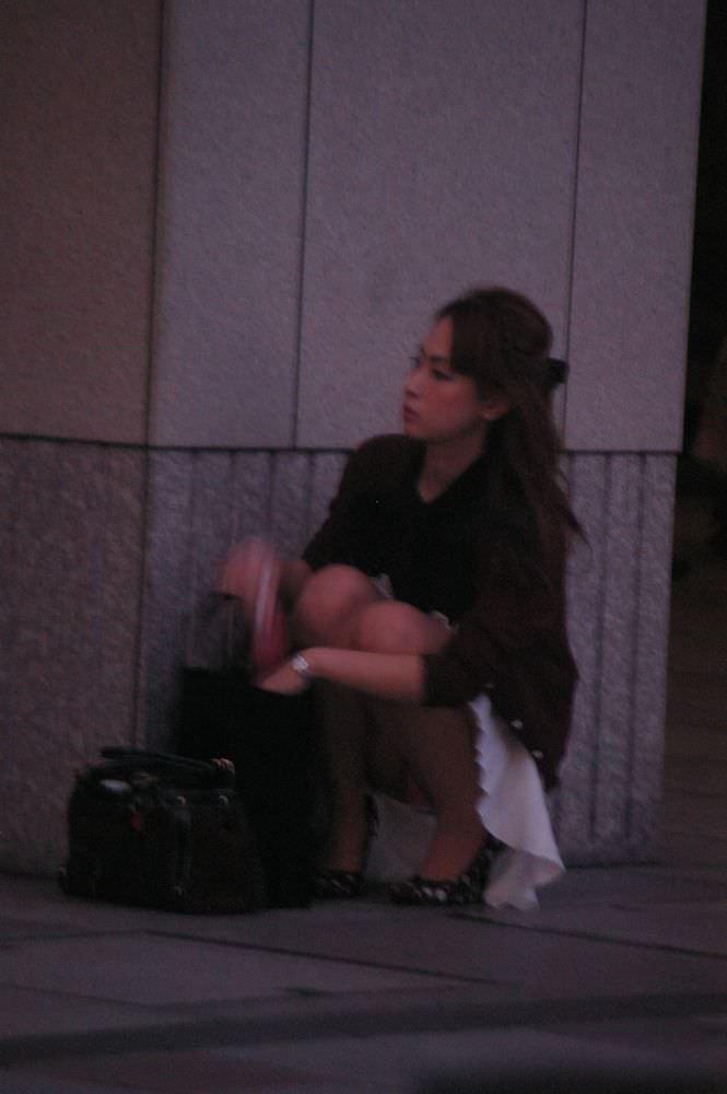 街で見かけた綺麗なお姉さんのパンチラ大激写wwwむっちりしたお尻に食い込むパンツがエロいwww 1913