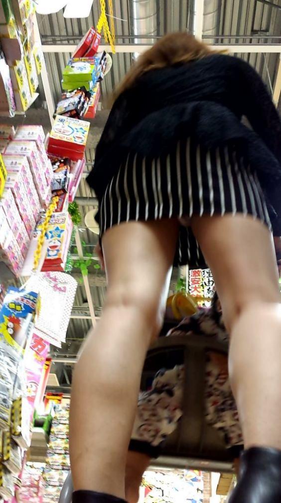 お店でお買い物中のお姉さんのパンチラ画像!可愛いお姉さんばかりで貴重なパンツwww 2268