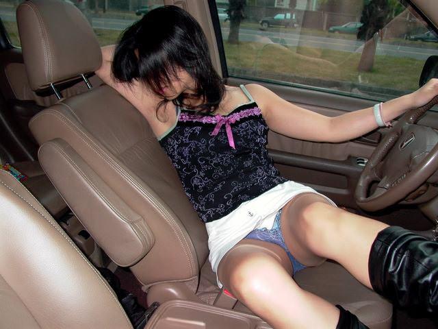 我慢できなくなって車で彼女を犯したカーセックス画像だぁーwww 2836