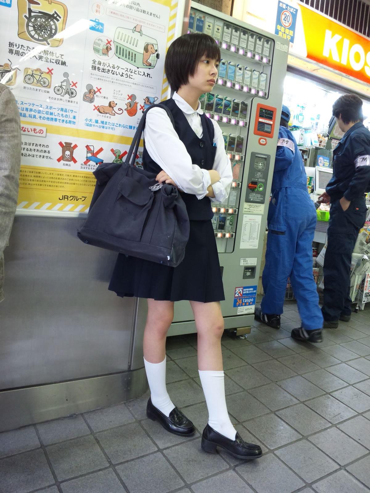 電車にエチエチな制服JKいるけどハレンチすぎない?????? 8Jf4pDU