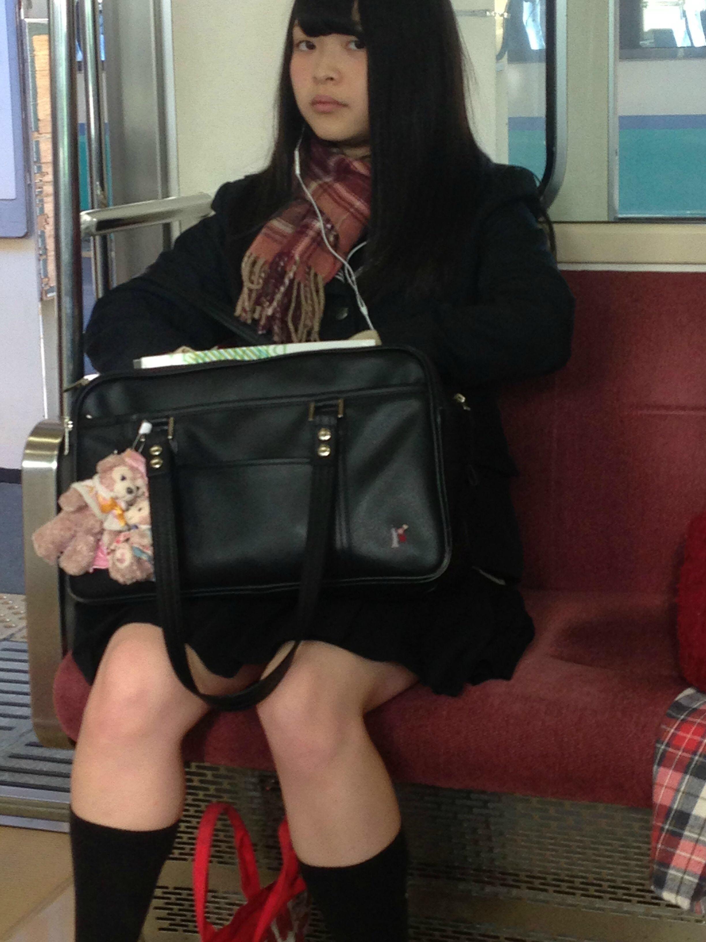 電車にエチエチな制服JKいるけどハレンチすぎない?????? Msjsq3D