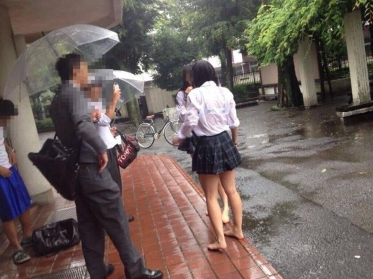 Tシャツを着てるJK高校生がパンチラ盗撮など抜ける画像