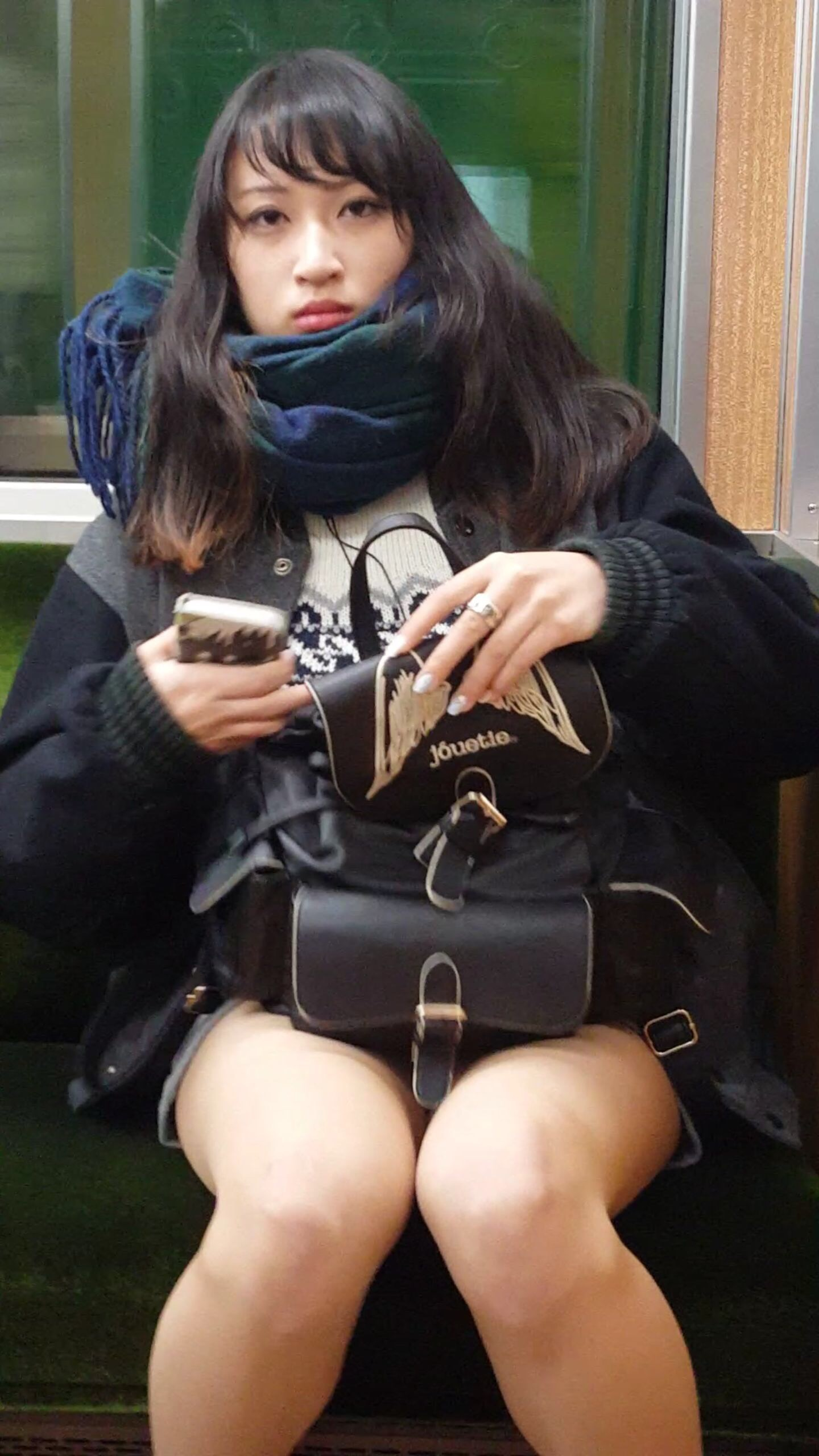 電車にエチエチな制服JKいるけどハレンチすぎない?????? ZZbAxfL