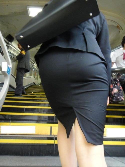 スーツのお尻にパンツが浮き上がってるエロ画像ください。 1565