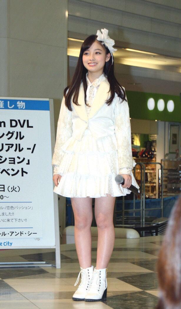 色白でぶっとい太ももした女子高生にチンビンしてるwwwwwwww nyX6Z71