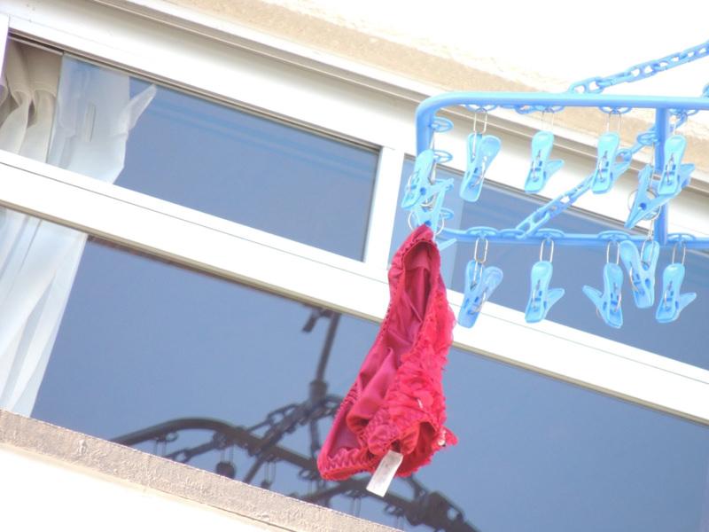 エッチな団地妻が洗濯済みの下着をベランダに大量に干してるぞぉーwwwwwwwww rTW7tJz