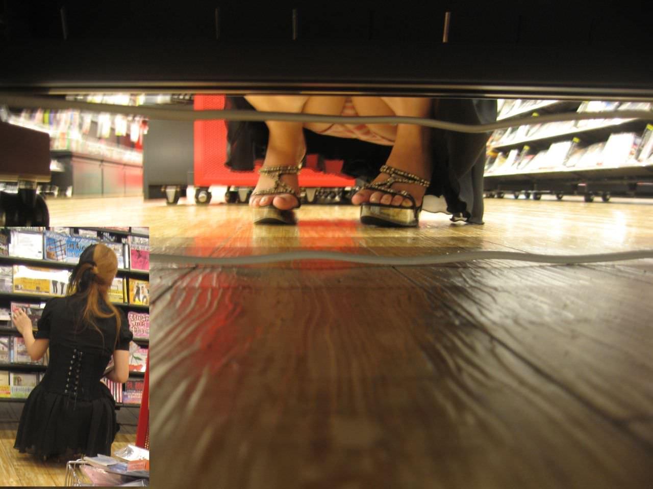 レンタルショップはパンチラ天国www棚の下から素人娘のパンチラ見放題www 2152